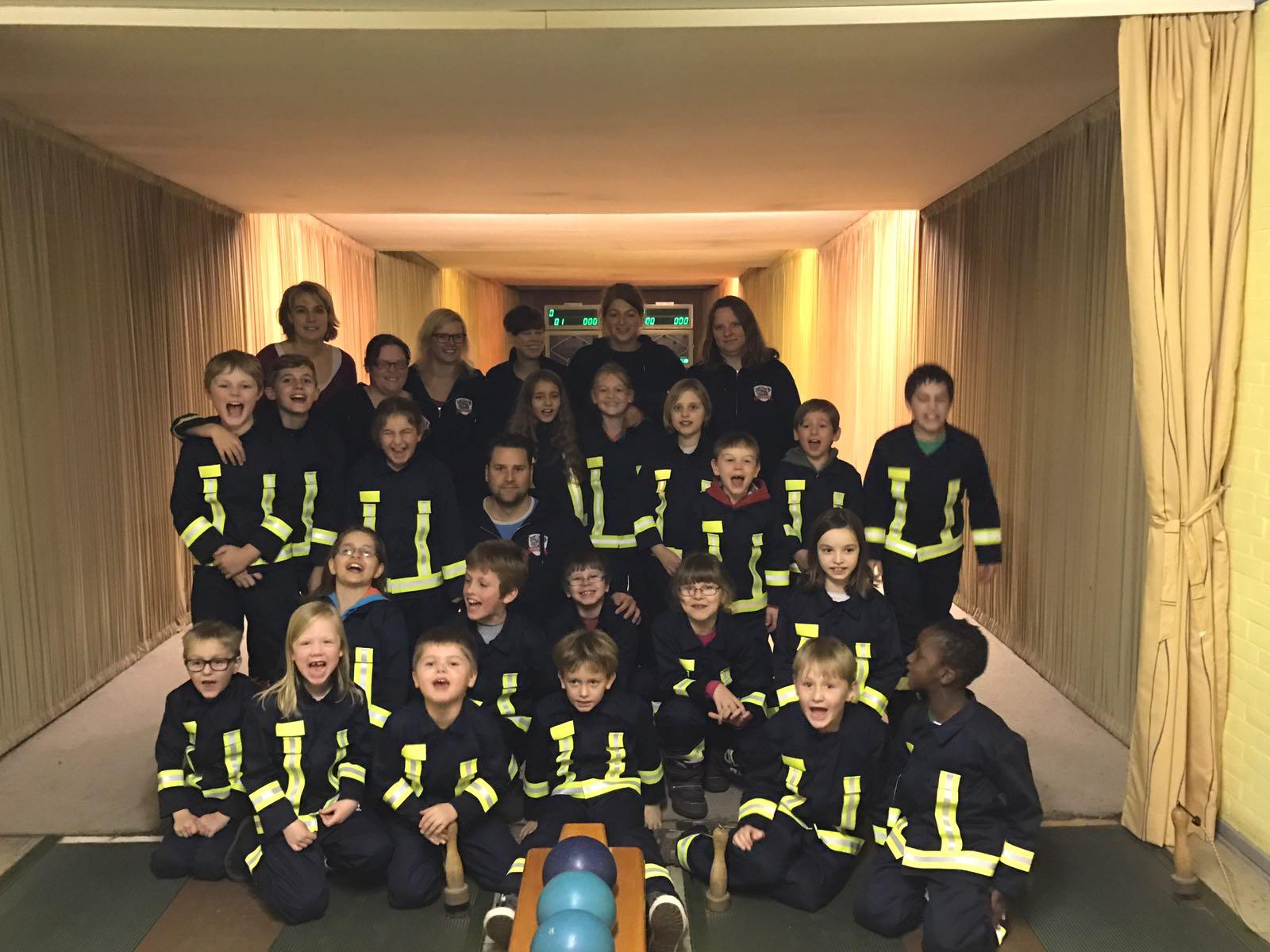 Kinderfeuerwehr erhält neuen Feuerwehranzug